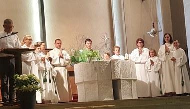 Teaserbild für den Artikel Ministranten dienten beim Altar gemeinsam mit ihren Mamas