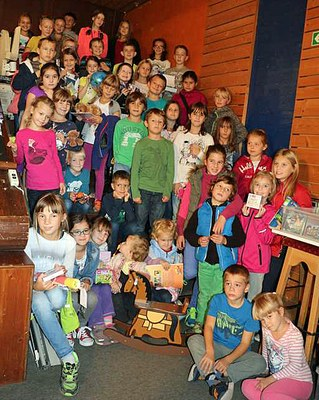Die glücklichen Gewinner der Sommerleseaktion 2015 mit ihren Preisen