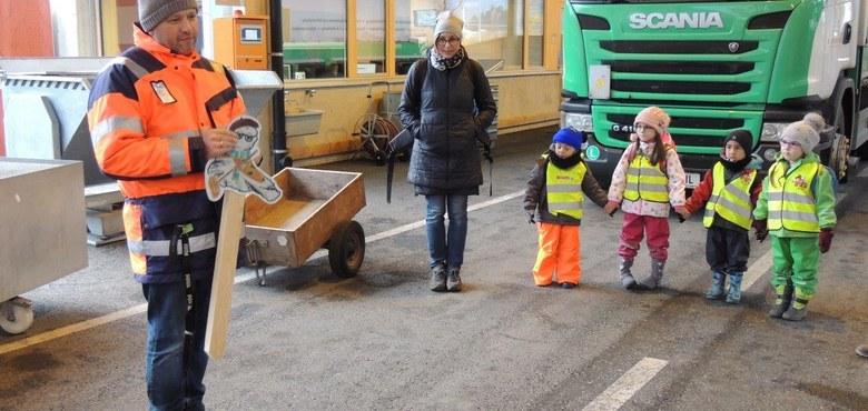 Exkursion des Kindergartens Heilig Kreuz zum Altstoff-Sammelzentrum