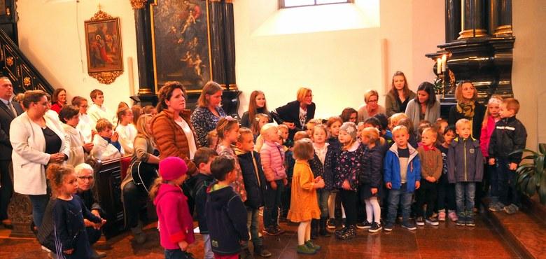 """Kindergarten Heilig Kreuz sagte """"Danke und alles Gute"""" unserem Pfarrer"""