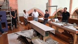 Vorschaubild 21. Juli 2020 - Baustellenführung Wieder einmal begeisterte Besucher bei der immer sehr interessanten Führung von Timo Allgäuer. Die letzten Register sind nun an der Reihe. Der Einbau der Setzeranlage am Spieltisch startet in den nächsten Tagen.