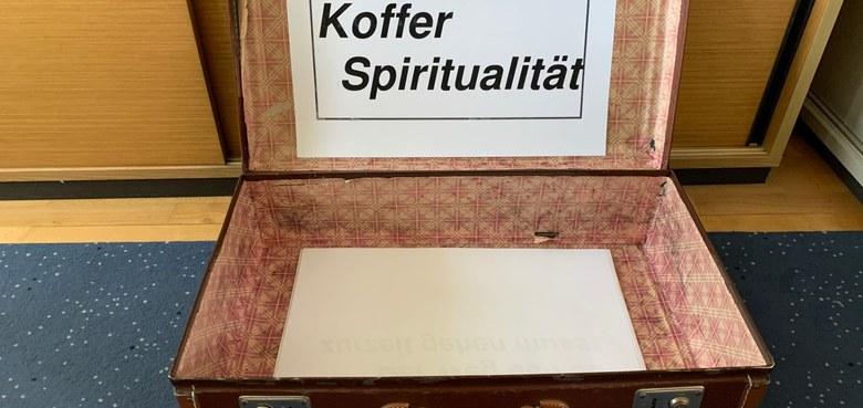 findet statt Koffer Spiritualität