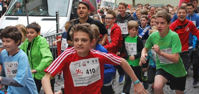 Jugendliche helfen laufend