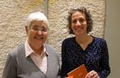 """Hildegard Lorenz bei der Übergabe der Schriftleitung von """"Dein Wort – Mein Weg"""" an Karin Peter"""