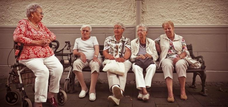 Tanzen im Sitzen für Seniorinnen und Senioren mit Walpurga Jäger
