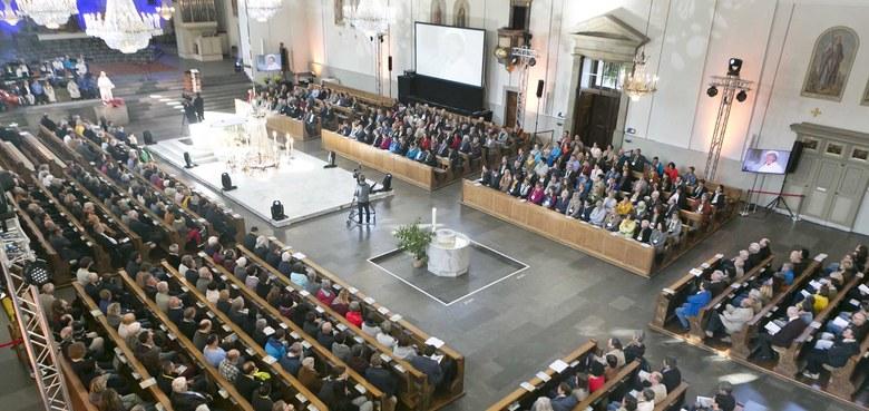 Buntes, offenes und ermutigendes Bild von Kirche