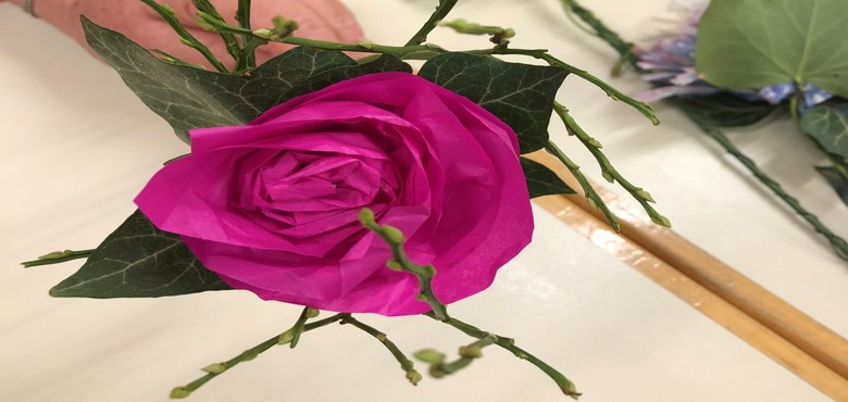 Aktion der Firmlinge -  Blumen basteln und damit alten, kranken Menschen eine Freude bereiten