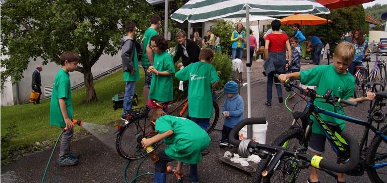 Zweite Fahrradputzaktion der Ministranten und des Mädchenchors