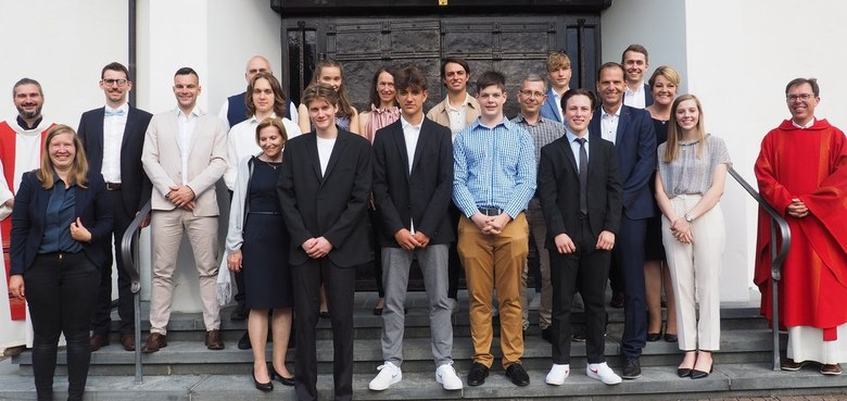 Die Firmlinge mit ihren Paten, Firmspender Rainer Büchel, Pfarrer Marius und den Firmbegleitern