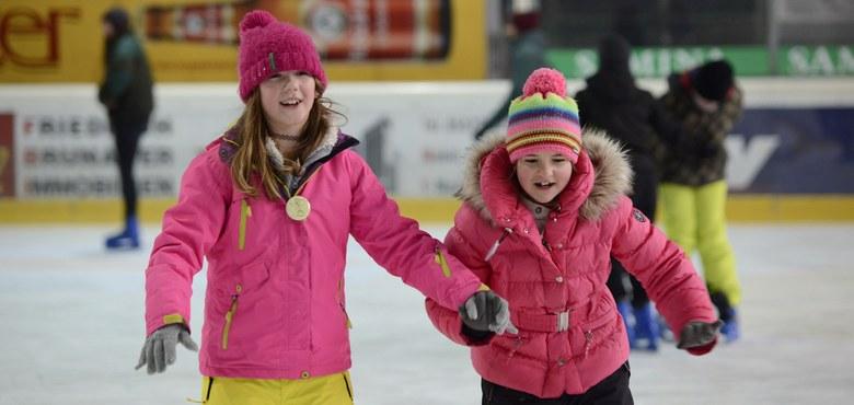 Sternsingerkinder vergnügten sich auf dem Eis